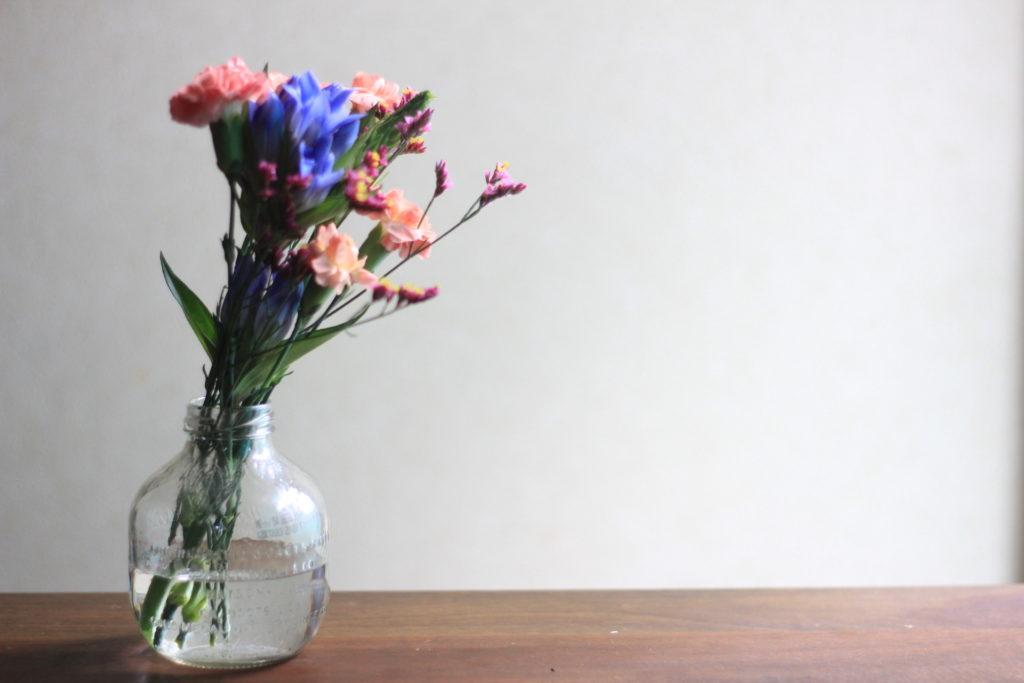 花瓶に入れた少し元気のない「ブルーミーライフ」の花