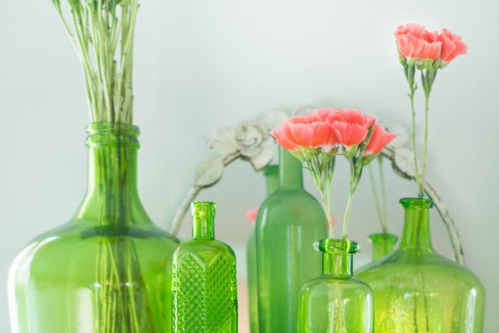 たくさんの花瓶に入った花